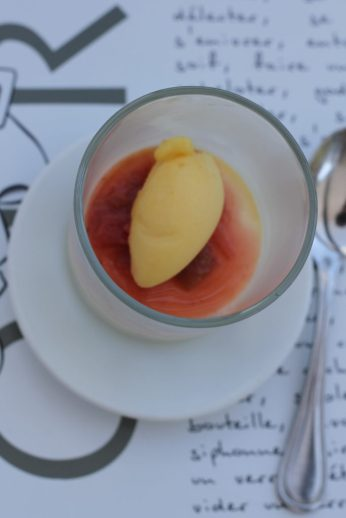 En pré-dessert, une Crème Brulée à la vanille, comptée de rhubarbe et fraises, sorbet passion
