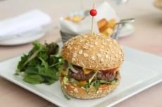 Au menu enfant, un beau burger maison...