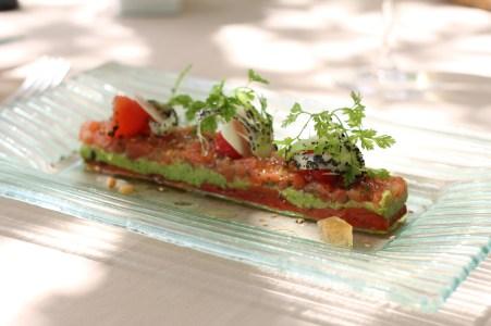 La Tomate, Coeur de Boeuf, confite au thym, extrait clair de tomate, purée froide de courgettes et légumes de saison