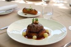 Le Boeuf Charolais, en filet poêlé, pomme Darphin, croustillant de foie gras, oignons glacés et jus brun