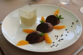 Le chocolat noir, en mousse et croustillant, coulis de chocolat blanc