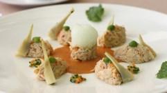 Le Tourteau, la chair cuisinée en brunoise de légumes, févettes et artichauts poivrade, émulsion aux senteurs de coriandre