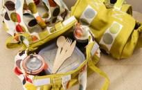 Panier en tissu et contenants en verre pour un déjeuner éco-responsable