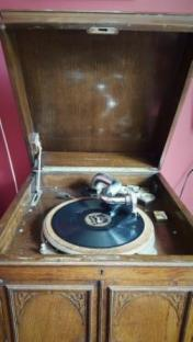 Play 78s on the wind-up gramophone