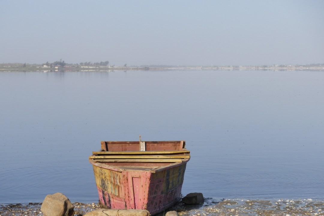 Barque sur le lac Rose au Sénégal