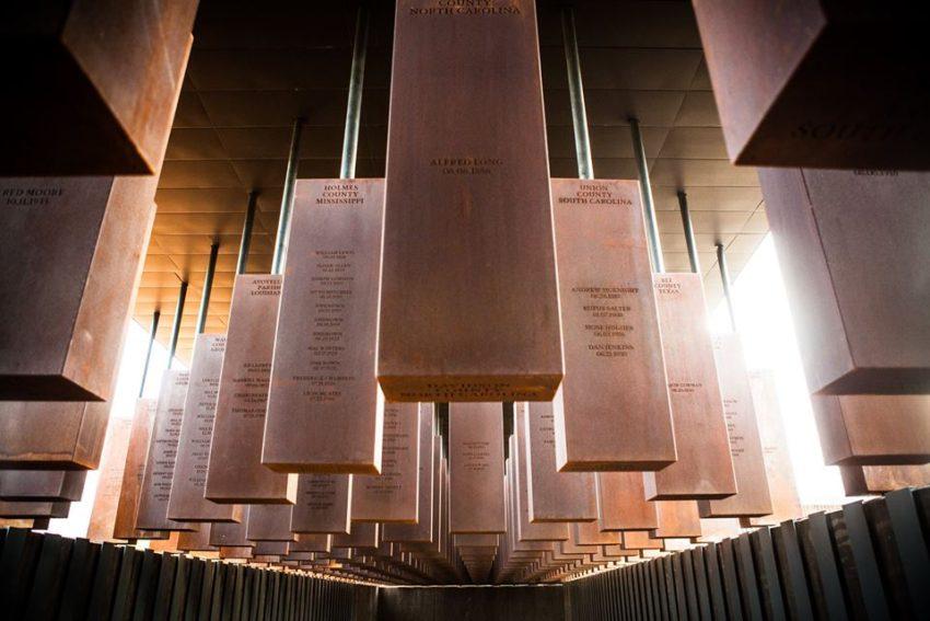 colonnes en acier suspendues du memorial de Montgomery