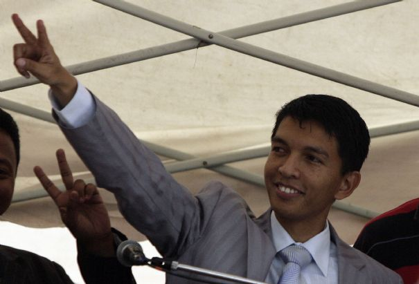 https://i0.wp.com/www.lexpress.fr/medias/236/1-madagascar-s-opposition-leader-andry-rajoelina-greets-his-supporters-during-a-rally-in-antananarivo_477.jpg?w=696