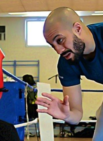 hamza donne des cours boxe aux enfants
