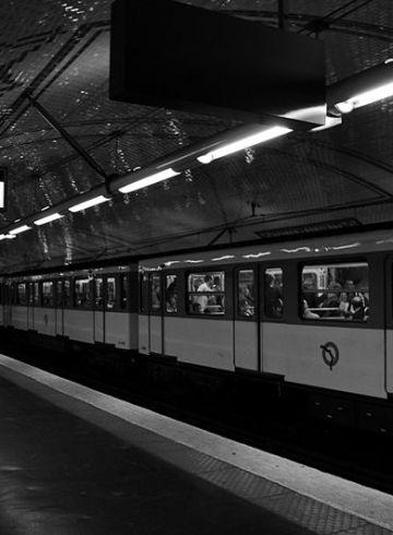 métro à Paris noir et blanc