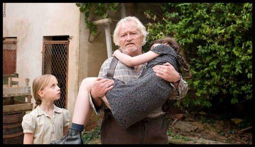 En s'échappant du camp, Sarah est recueilli par un paysan bourru mais aimant ( Niels Arestrup)