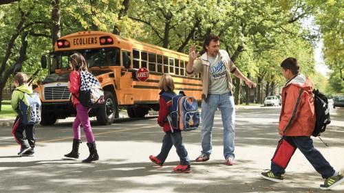 Il aide même les enfants de son avocat à traverser façon Beatles..