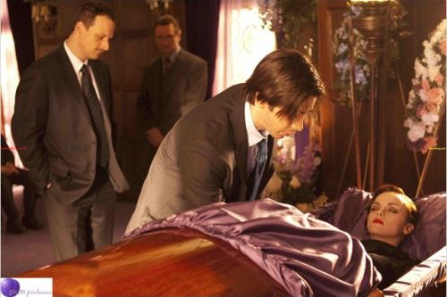 Le fiancé ne découvre le corps que le jours de l'enterrement...