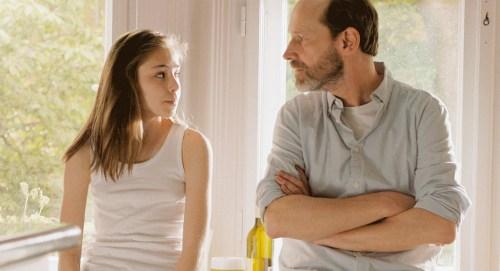 Un père (Sándor Zsótér ) et une fille, qui vont devoir composer, face à la menace