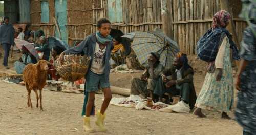 Ephraïm vend au marché les samoussas qu'il confectionne lui-même