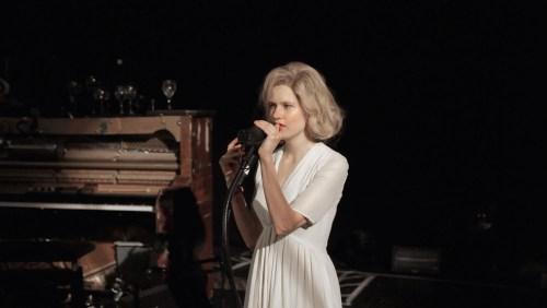 """Camille a composé la musique et joue le rôle d'une chanteuse dont le tube serait... """"Fever"""" !"""