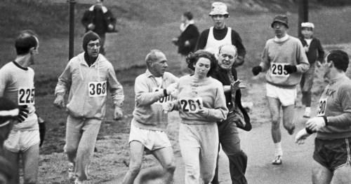 Le responsable de la course tente d'empêcher de poursuivre son effort.