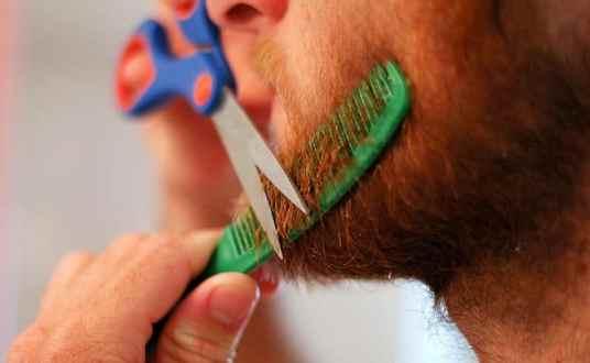 tailler sa barbe avec ciseaux