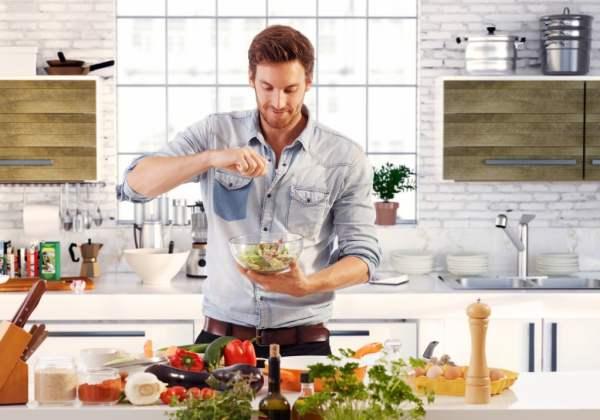 Un homme qui fait la cuisine
