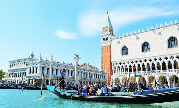 """Photo de Venise: les gondoles rangées près de la place Saint-Marc où l'on peut apercevoir la tour """"Campanile"""""""
