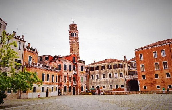 Photo de Venise: place tranquille où l'on peut admirer les façades colorées et abîmées par l'humidité et le temps