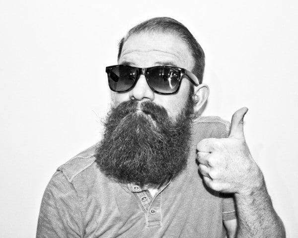 Homme barbu qui entretien sa barbe