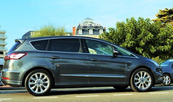 Ford S-Max Vignale en face de l'hôtel 5* Royal à La baule
