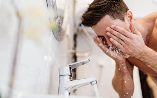 Après rasage: bien se rincer à l'eau froide
