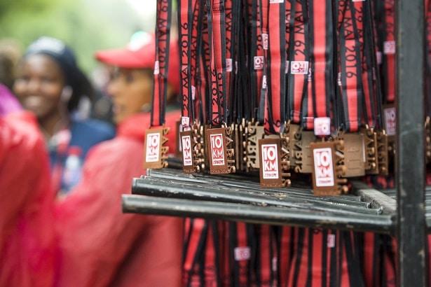 10Km l'Equipe Paris 2016 - 29/05/2016 – Paris – France – Les médailles des concurrents à l'arrivée