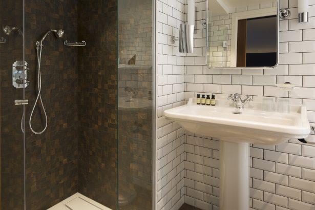 Une salle de bain moderne, spacieuse et tout confort au Whistler Hôtel