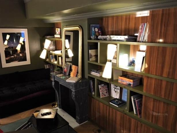 Le coin à l'ambiance cocooning bibliothèque de l'Hôtel Louvre Piémont à Paris