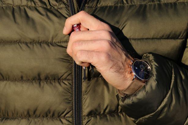 Le cadran de la montre ainsi que les aiguilles sont déclinés en plusieurs coloris.