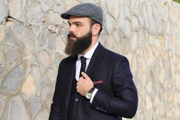 Chemise sur-mesure col rond, cravate en flanelle confectionnée avec le même tissu que le costume sur-mesure + Gilet Harmont & Blaine + pochette de veste en soie + Montre automatique Grayton + Casquette BonClicBonGenre