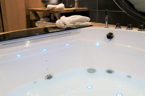 Une baignoire balnéothérapie pour un moment de relaxation très romantique