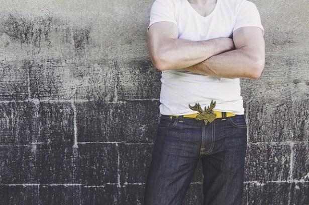 homme-personnalite-ceinture-western