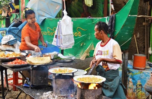 Les restaurateurs s'affairent sur les bords sur les berges près du pont de U Bein