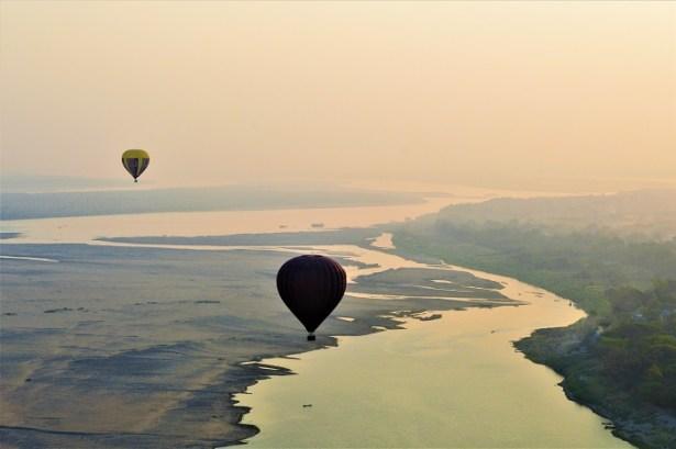 Survol du fleuve Irrawaddy Bagan en montgolfière