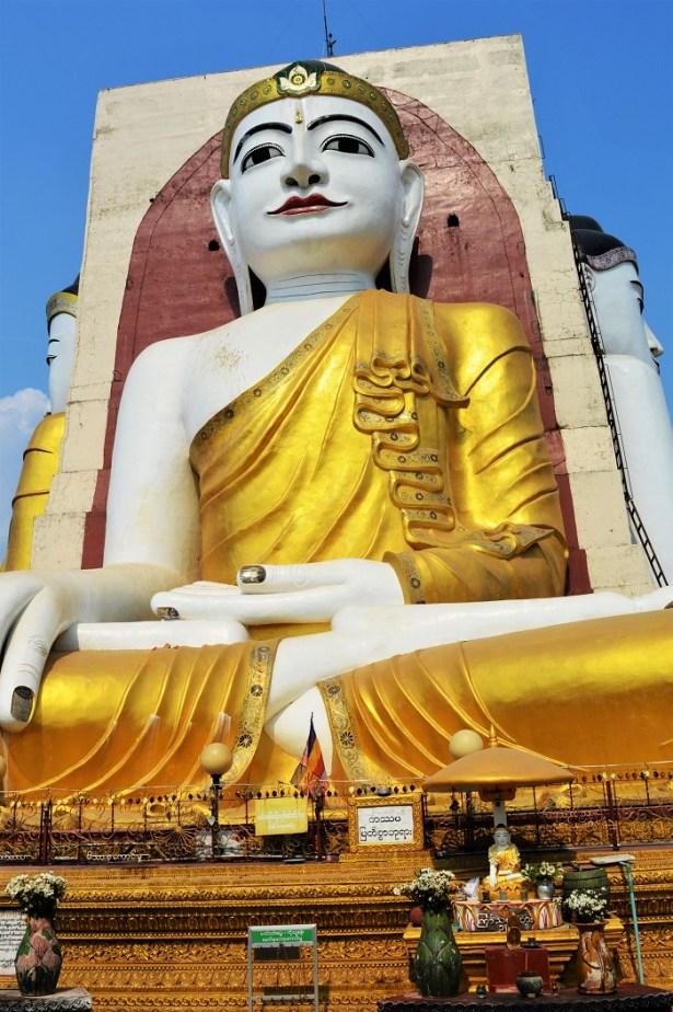 La pagode Kyaik PunLa pagode Kyaik Pun : sanctuaire du bouddha assis avec 4 statues de 27 mètres de haut représentants 4 Bouddhas : sanctuaire du bouddha assis avec 4 statuts de 27 mètres de haut représentants 4 Bouddhas