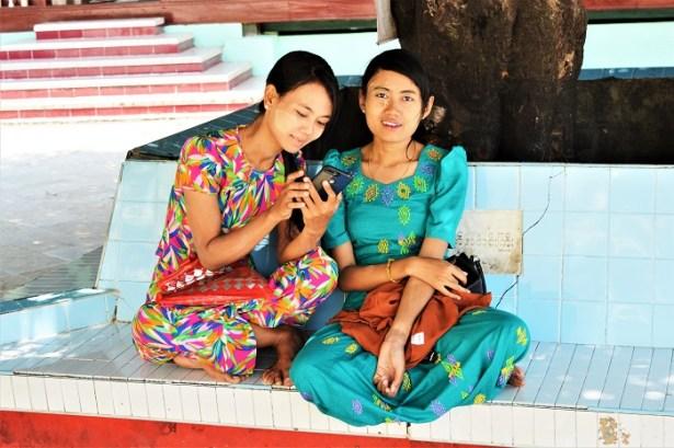 Jeunes filles birmanes en visite à la Pagode Shwemawdaw - Birmanie