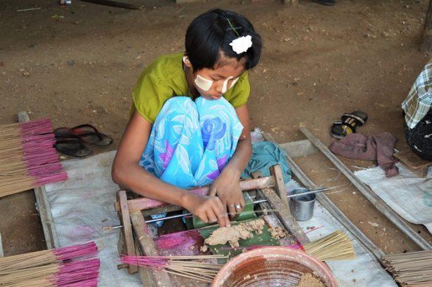 Village de Pakkoku, Birmanie - fabrication d'encens