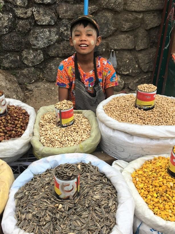 Rocher d'Or Birmanie : dealer de graines