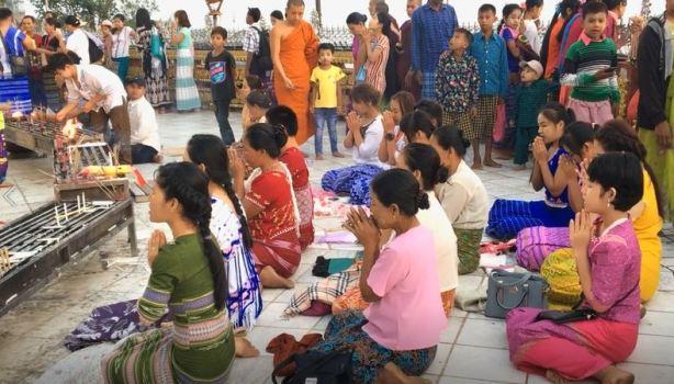 Chants et prières sur le site du Rocher d'Or, Birmanie