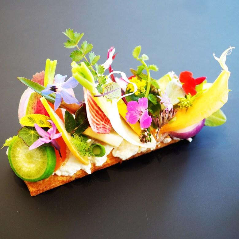 Tartelette de légumes, caillé de chèvre aux herbes du jardin