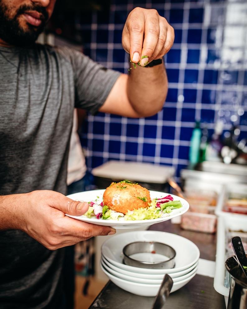 Et comme par magie, les épices - telles la poudre de perlimpinpin - transforment les viandes et poissons crus en de délicieux mets aux saveurs multiples