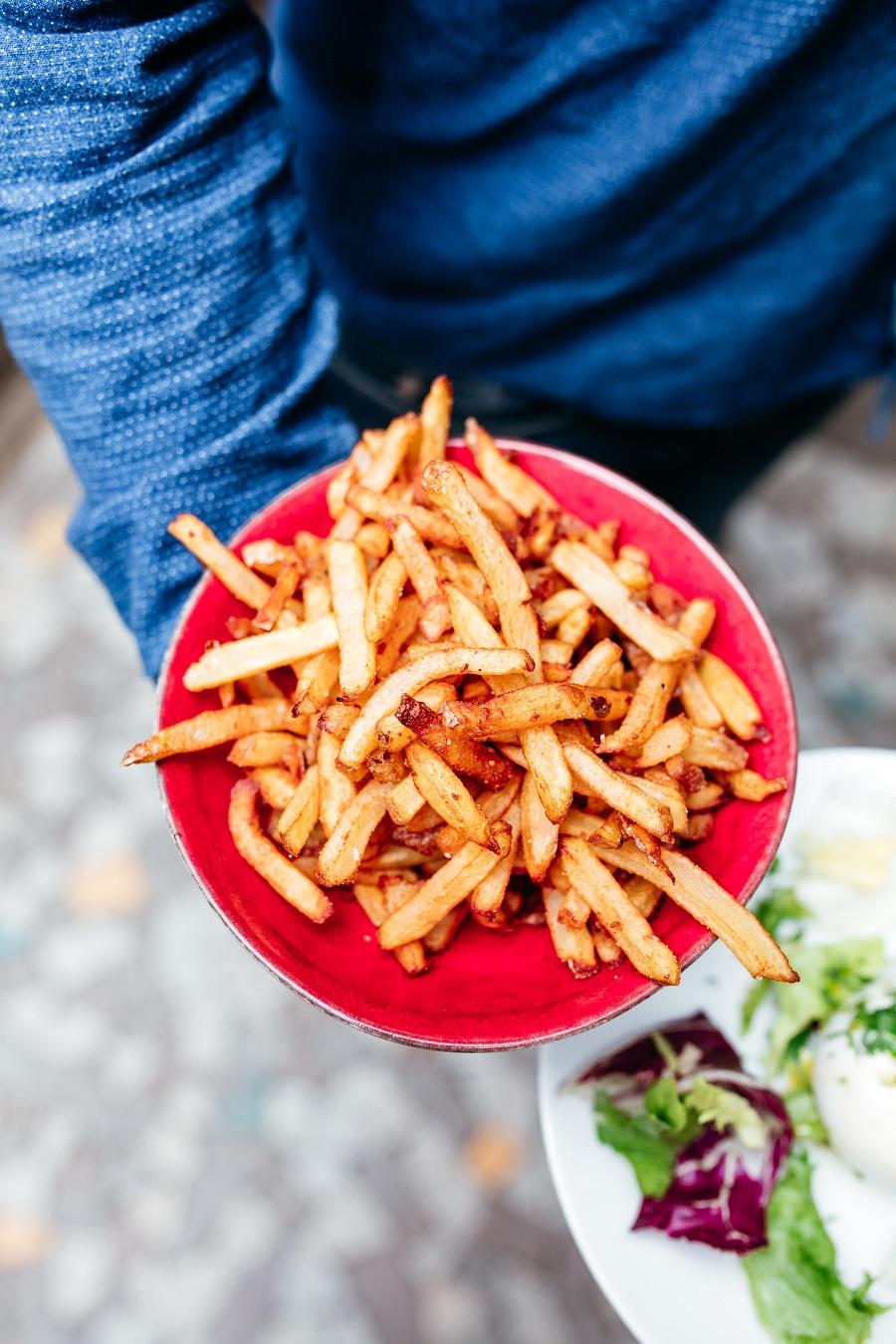 Les délicieuses frites cuites dans la graisse de canard pour une dégustation tout en un. un pur délice !