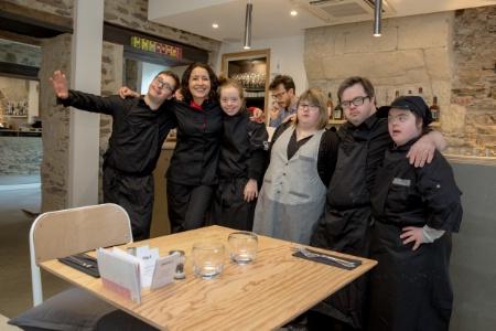 Le Reflet. un restaurant tenu par des employés trisomiques