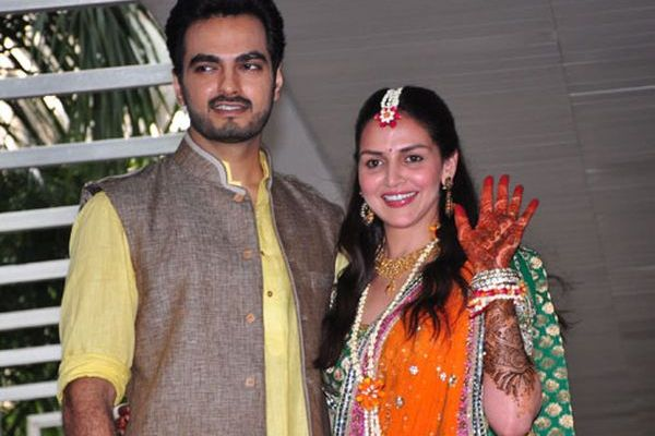 Esha Deol hands covered with henna