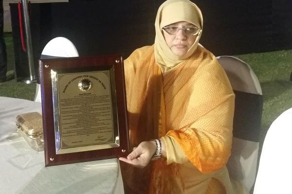 Syed Kirmani - PHOTOGRAPH OF KIRMANI'S WIFE WITH THE AWARD AT THE FUNCTION ON TUESDAY NIGHT