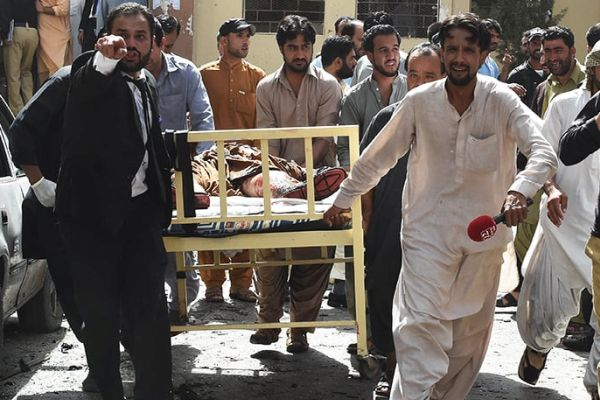 Pakistani lawyers and local media personnel carry a bed to move the body of a news cameraman after a bomb explosion at a government hospital premises in Quetta on August 8, 2016. At least 35 people were killed and dozens more wounded after a blast at a major hospital in the Pakistani city of Quetta, an AFP reporter and officials said, with fears the toll could rise. / AFP PHOTO / BANARAS KHAN