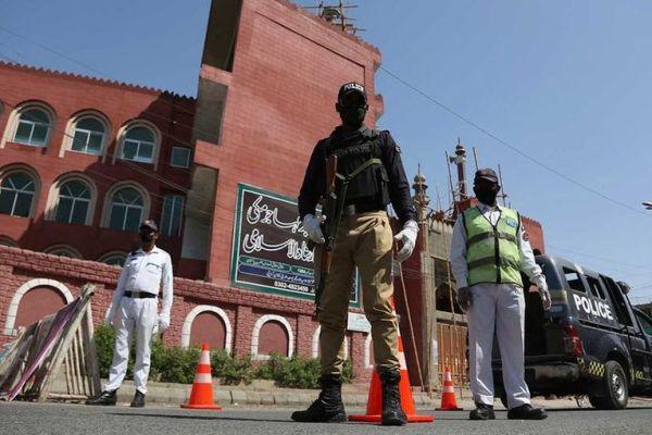 Pakistan mosque lockdown