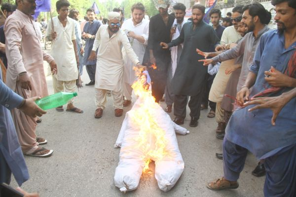 SPSF workers protest against humiliation of Shaheed Bhutto's portrait by Fixit